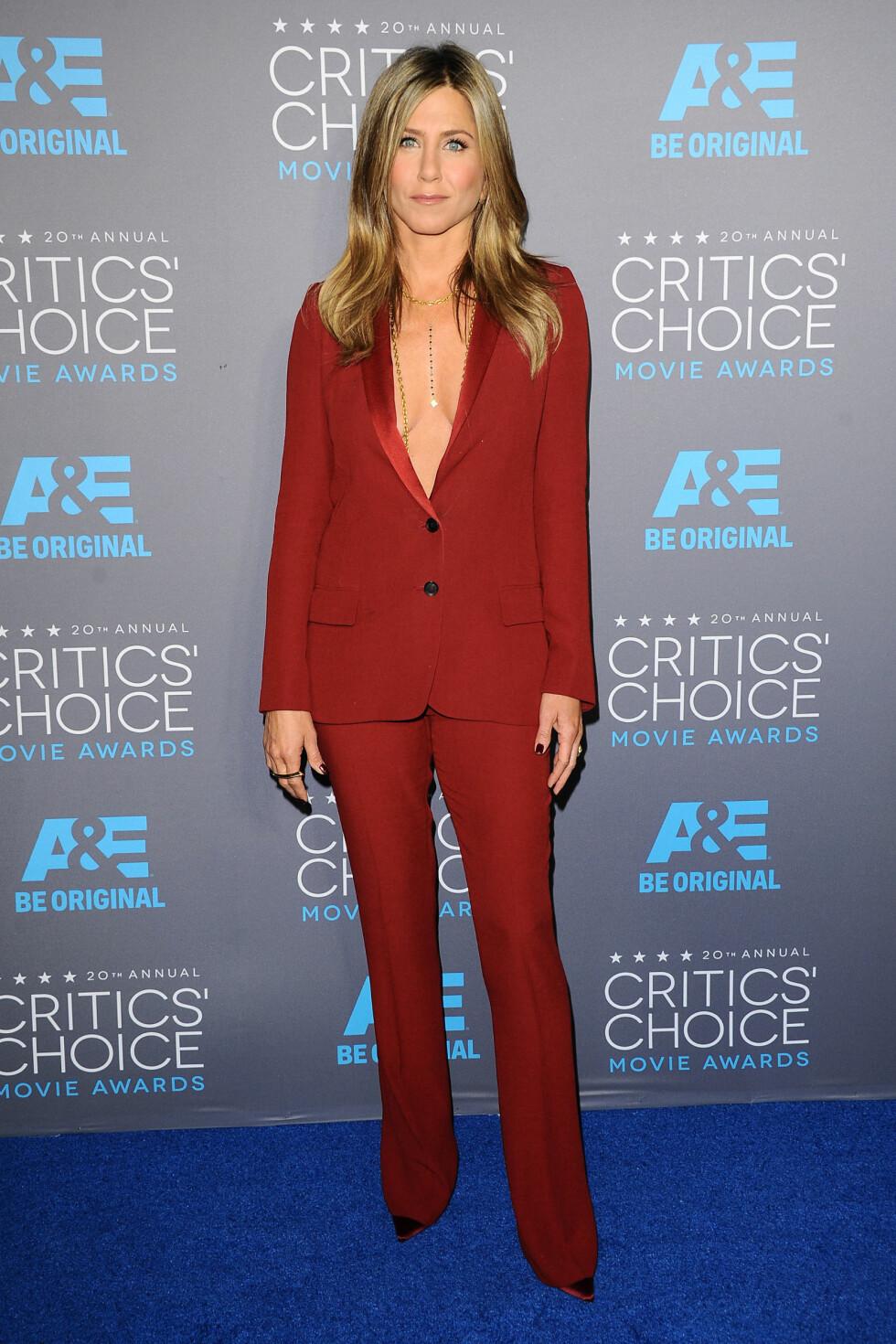 RØDT: Jennifer Aniston valgte en rød dress og droppet skjorten under Annual Critics Choise Awards. Og det funker så bra! Foto: Kyle Rover/startraksphoto.com/Al