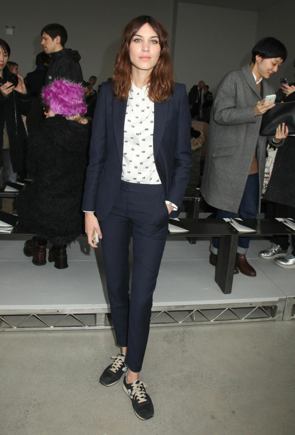 MØRKEBLÅ: Alexa Chung valgte å bruke en blå dress under Fashion Week i New York i fjor. Foto: REX/Gregory Pace/BEI/All Over Press