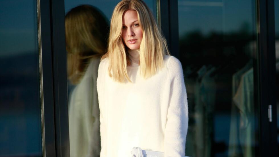 DAGENS BLOGGSTIL: STYLEmag-blogger og designer Maria Skappel kler seg i hvitt fra topp til tå for en ren og delikat vinterstil.  Foto: Mariaskappel.no