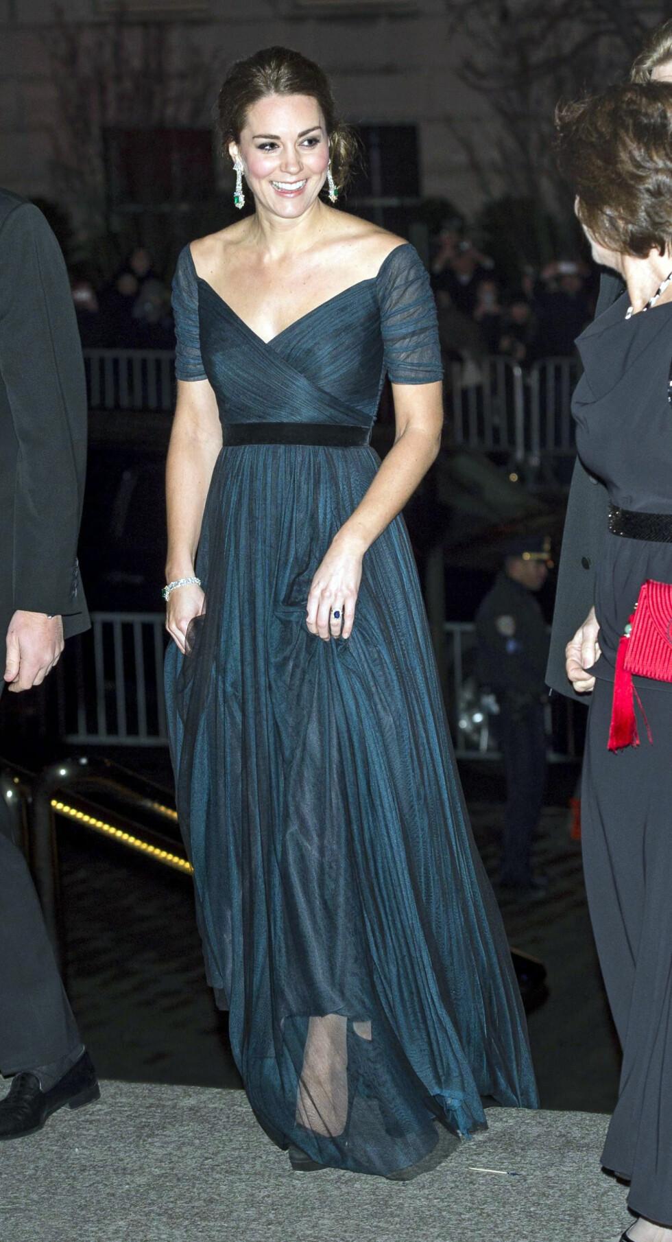 KJOLEFARGEN TAS OPP I SMYKKENE: Kate Middleton er flink til å bruke tilbehør som står i stil til kjolen.  Foto: REX/Tim Rooke/All Over Press