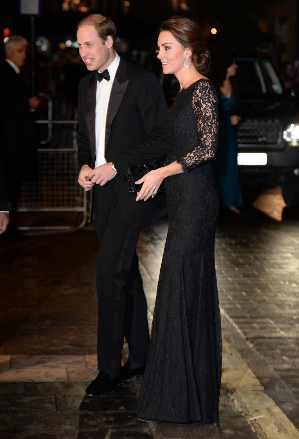 VISER HUD PÅ EN ELEGANT MÅTE: Prins William og Kate Middleton på  Royal Variety Performance i London tildigere denne høsten.   Foto: James Whatling/ All Over Press