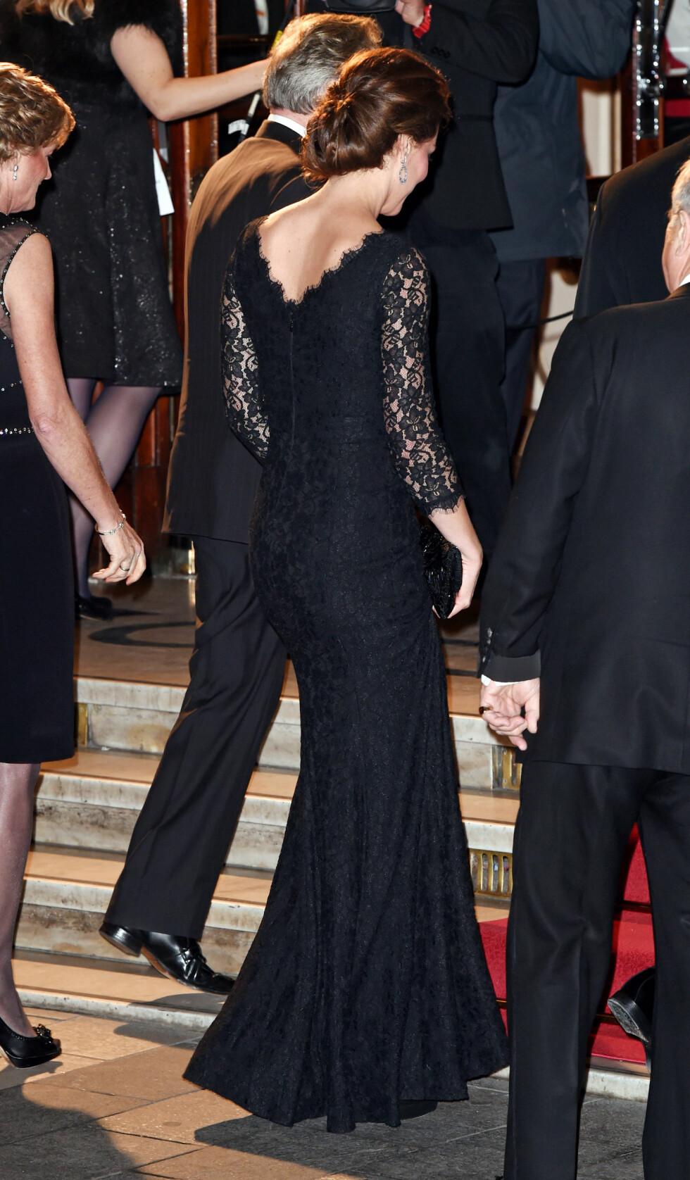 TILDEKKET FORAN - NYDELIG SKJÆRING BAK: Hertuginne Kate er helt nydelig i denne kjolen fra Diane von Furstenberg. Foto: REX/David Fisher/All Over Press