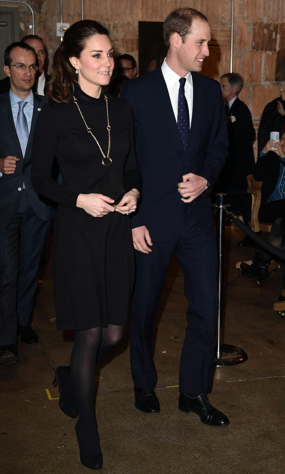 LITT 60-TALLS: I denne langermede høyhalsede kjolen er Kate et syn - her i New York på offisielt besøk denne uken.   Foto: REX/Tim Rooke/All Over Press