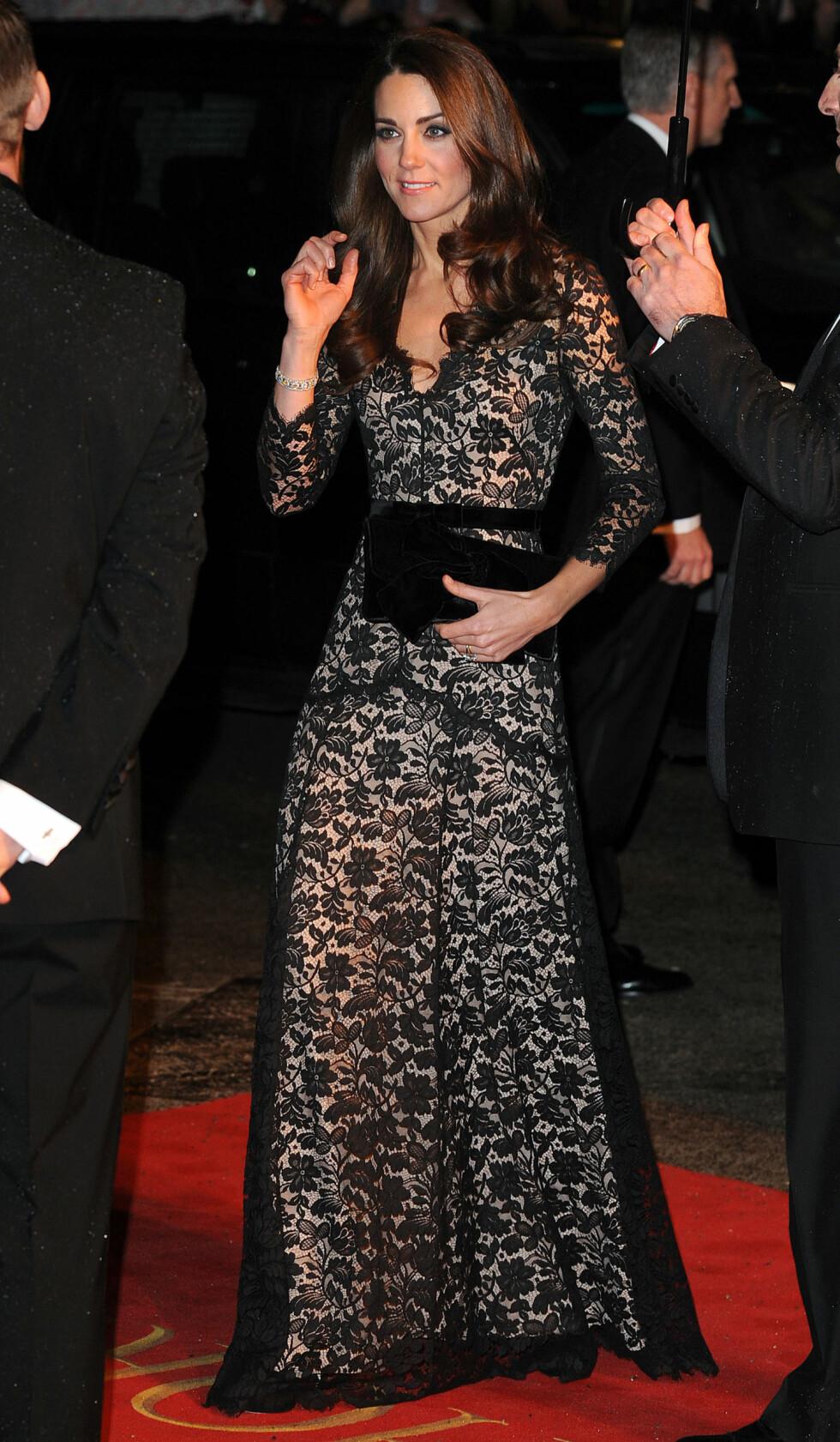 KUNSTEN Å BALANSERE EN KLØFT: Kjolen Kate Middleton har på seg her, er både sexy og tekkelig på en gang.   Foto: James Whatling / Splash News/ Al