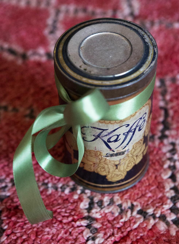 Et enkelt bånd rundt en gammel blikkboks, er den perfekte måten å gi en gave på, synes Andrea Eckerbom (33).  Foto: Yvonne Wilhelmsen