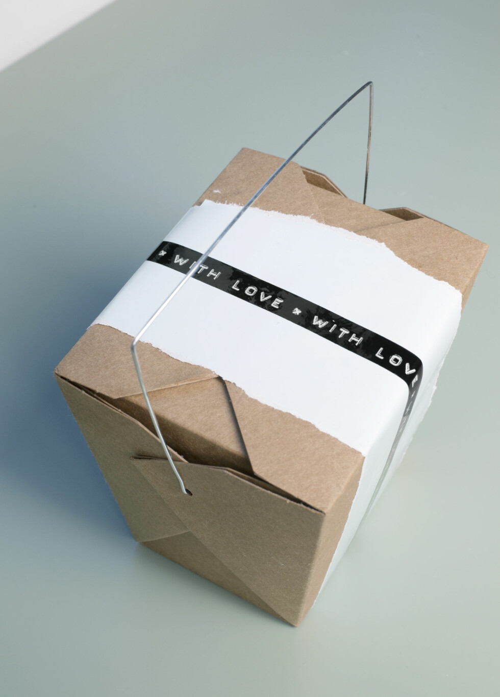 MORO MED PAPPESKER OG STASH DU HAR LIGGENDE: Du kan fint pakke inn gavene i pappesker som du pynter med gamle aviser, hvite ark eller tørkerull. Styling: Birgitta Roald Foto: Nina Ruud