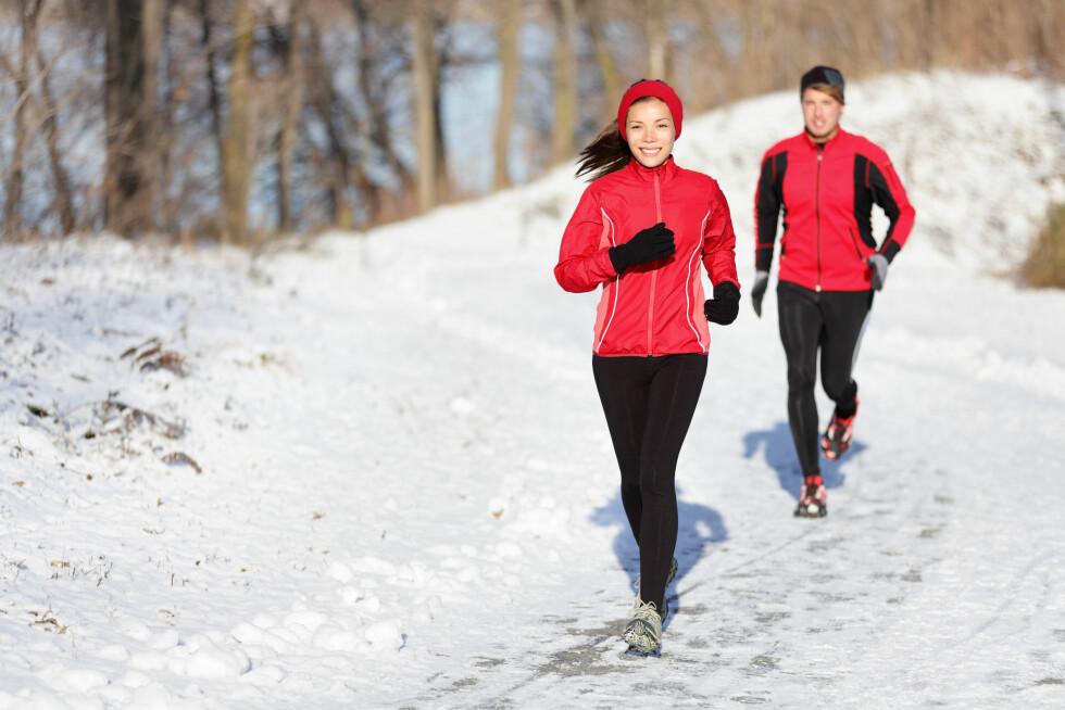 TREN UTENDØRS: Du trenger ikke dra til treningssenteret for å trene i jula. Hva med en joggetur ute i vintersola?  Foto: Maridav - Fotolia