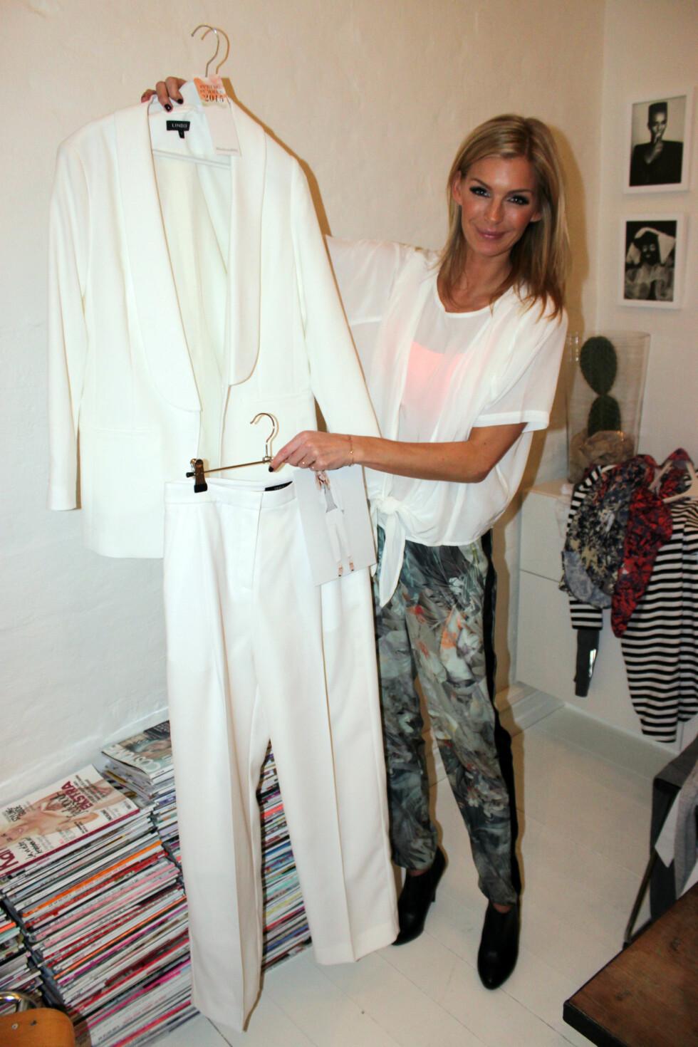 <strong>VID HELVHVIT DRESS:</strong> Et av nøkkelantrekkene til våren, ifølge Lindex. Foto: Cecilie Leganger