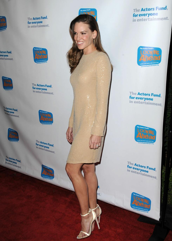 GLITTER: Skuespiller Hilary Swank i en kjole med lange ermer, som er det store nå. Foto: /All Over Press