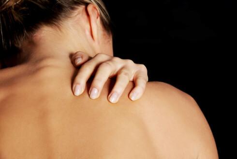 EKSEMEN KAN KOMME OVER ALT: Atopisk eksem kan være utbredt på hele kroppen, men er vanligst hvor huden er ekstra tynn. Lysbehandling kan virke effektivt spesielt på steder hvor det er vanskelig å smøre huden selv, som for eksempel på ryggen.  Foto: Fotolia