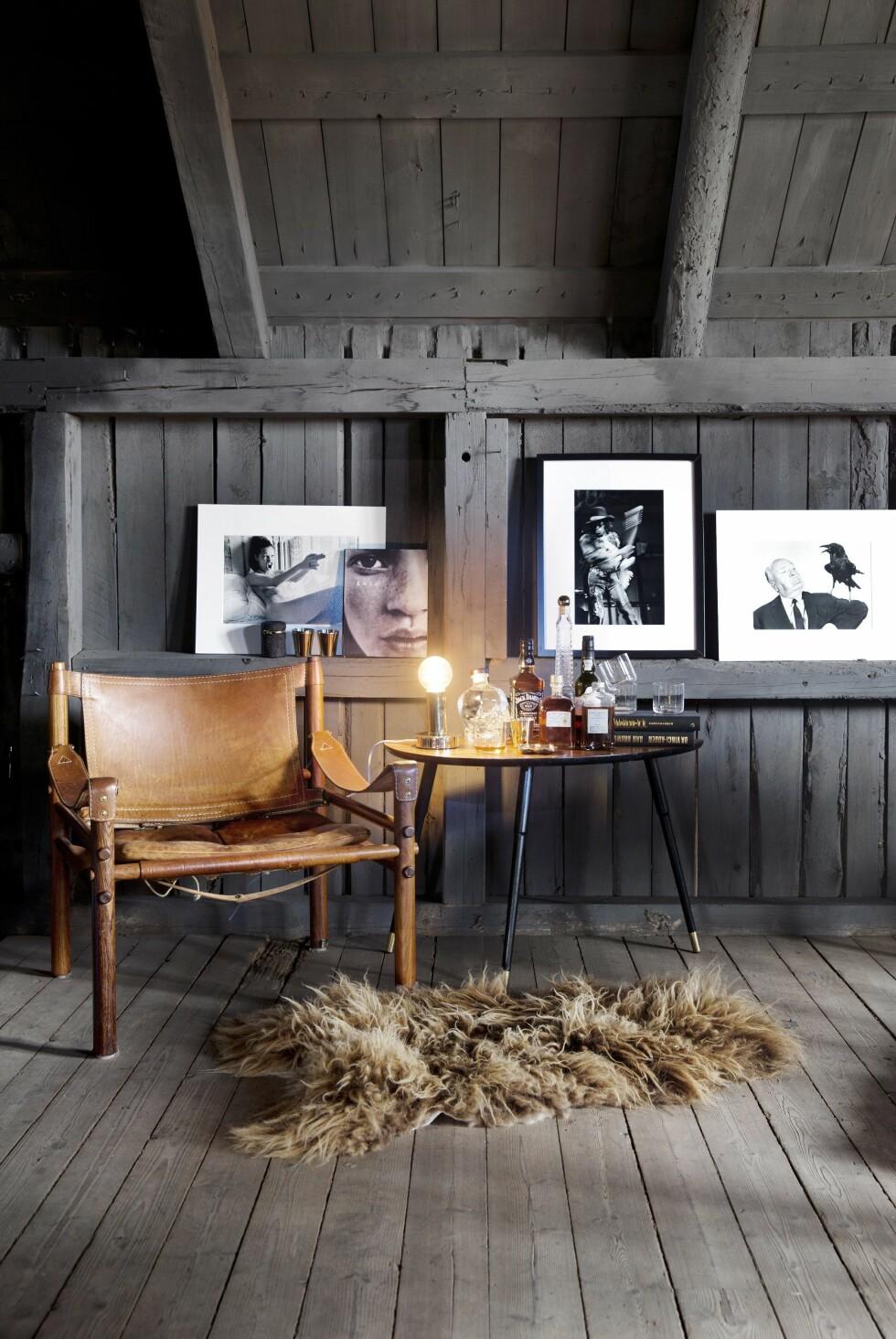 STILIG: Alle fortjener en kosekrok! Arne Norell-stolen er Camillas gjeveste interiørkupp, kjøpt vintage i Stockholm. Foto: Yvonne Wilhelmsen