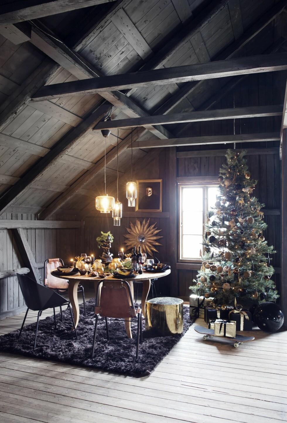 MIDDAGSSELSKAP: Ja takk til å sitte her og spise julemiddag! Bord fra Nixon, solspeil og bilde på veggen fra Milla Boutique. Foto: Yvonne Wilhelmsen