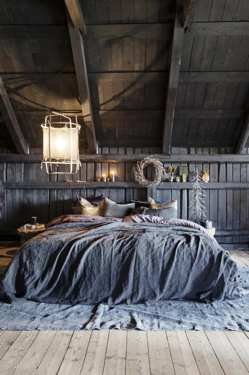DRØMMESOVEROM: Pynt til jul på soverommet også – det blir så koselig! Den fantastiske lampen får du hos Linneas Hage. Foto: Yvonne Wilhelmsen