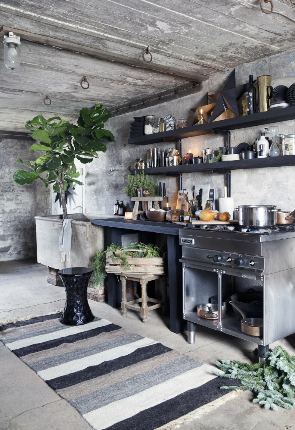 GJENBRUK: Drømmekjøkkenet over alle var ikke dyrt! Det er faktisk bygget av gamle gjenbruksmaterialer fra gården som Camilla har malt sorte. Vasken er det gamle melkekaret som alltid har stått i svinestallen. Foto: Yvonne Wilhelmsen
