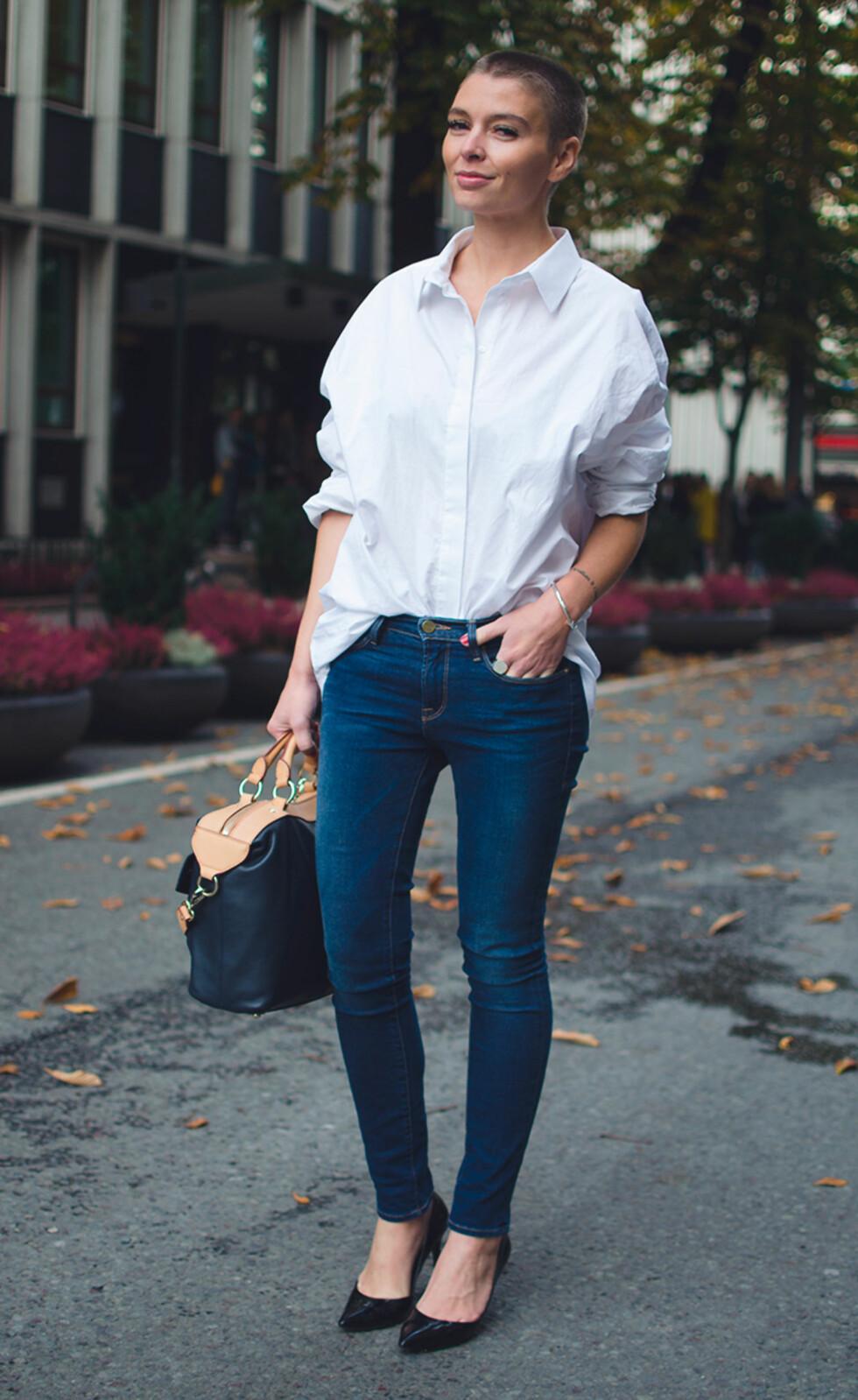 <strong>KLASSISK:</strong> Det er ikke så mye som skal til for å se fresh, oppdatert og stilsikker ut. En oversized hvit skjorte og et par jeans som sitter fint kan styles til alt!  Foto: Outandaboutmarie.com