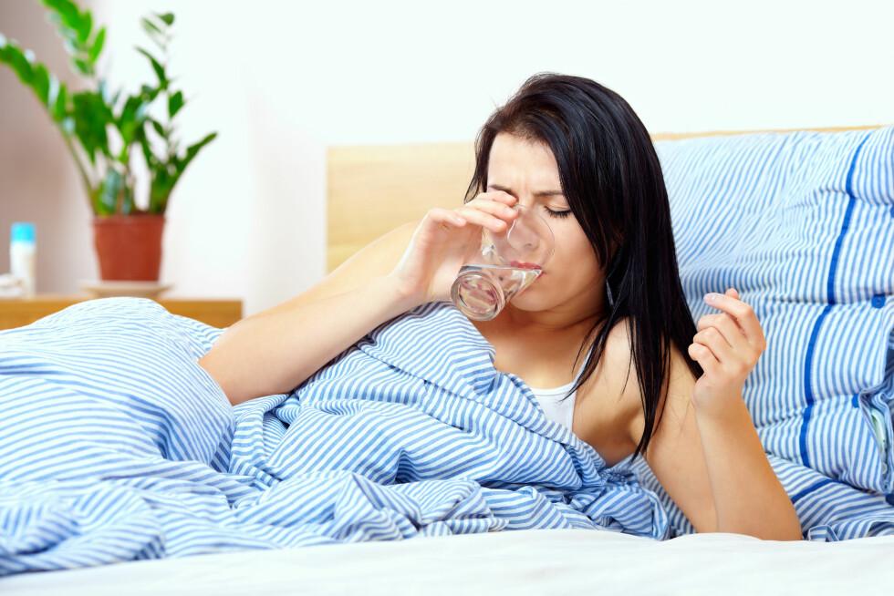 IRRITERENDE TØRRHOSTE: Dersom du har tørrhoste kan du prøve å lindre plagen ved å drikke mye vann eller bruke halstabletter.   Foto: Olesia Bilkei - Fotolia