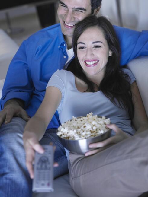 3 SYNDER: Sitter du foran tv'en og spiser til langt på natt? Lite søvn, stillesitting og nattmat er ikke det beste for forbrenningen. Foto: REX/OJO Images/All Over Press