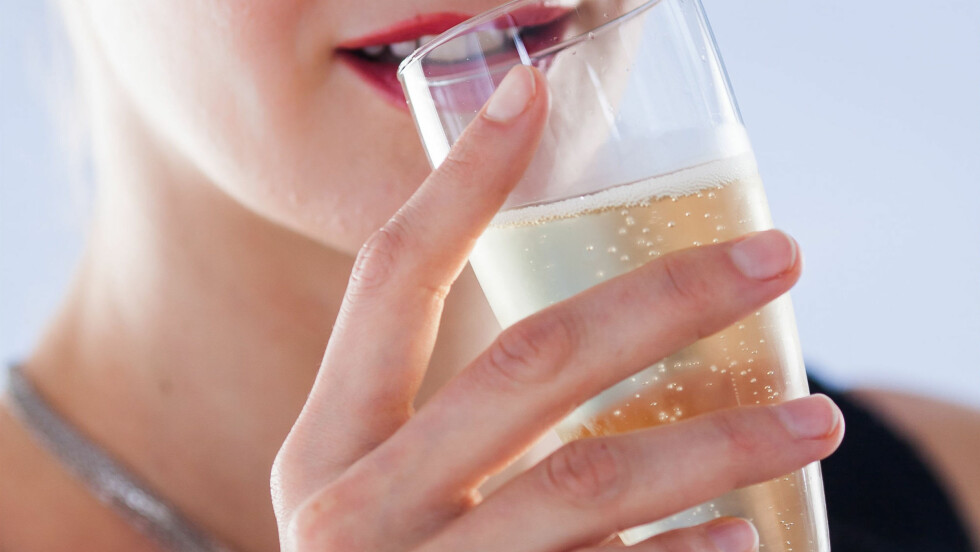 KLAR FOR FEST: Det er ikke rent få av oss som kommer til å stå slik med et glass bobler nyttårsaften.