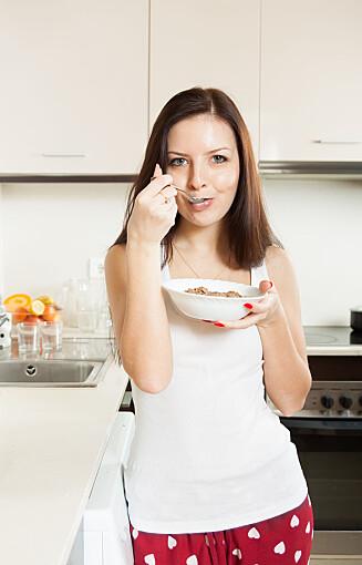 IDELL KVELDS: Grov kornblanding med mager melk kan være en fin kveldsmat mener ernæringsfysiologen. Foto: Fotolia