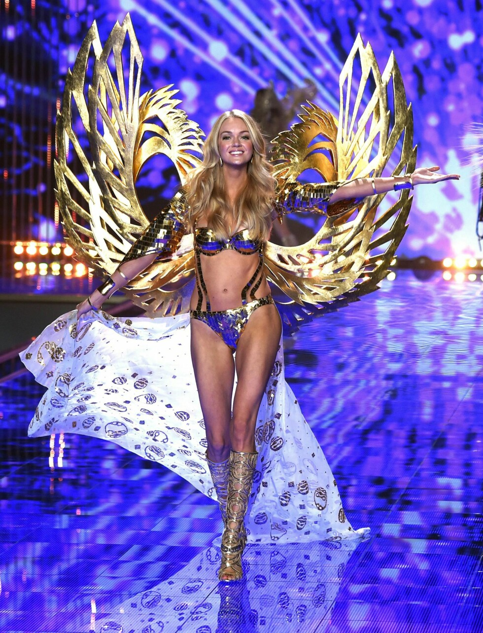 Lindsay Ellingson i metallisk blått og gull. Foto: REX/David Fisher/All Over Press