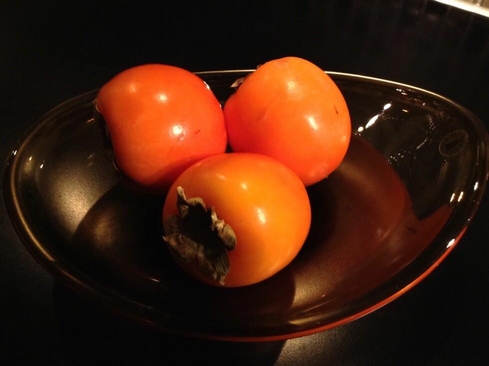 SHARON: Den søte og saftige sharonfrukten har ingen kjerne eller stener, og kan derfor spises i sin helhet. Og akkurat nå er den i sesong. Foto: Stine Helén Tunstrøm