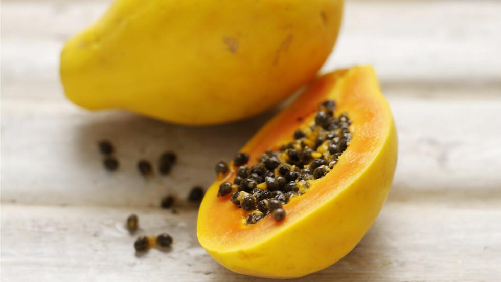 FRUKTER DU BØR SPISE NÅ: Papaya er en av fruktene det er lønnsomt å spise mer av nå. Papaya er nemlig bra for fordøyelsen, som kan få slite litt med all julematen i ukene som kommer.  Foto: REX/Woman's Weekly/All Over Press
