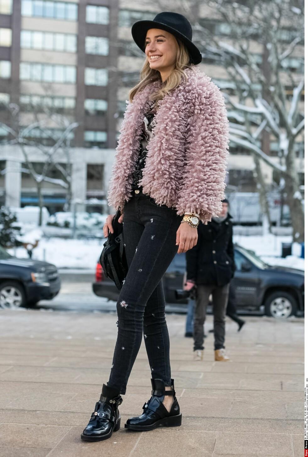 STJEL DEN CHICE STILEN: Denne fashionistaen har gått for et helsvart antrekk med en statementjakke i rosa for en chic streetstyle i New Yorks høstgater. Foto: All Over.