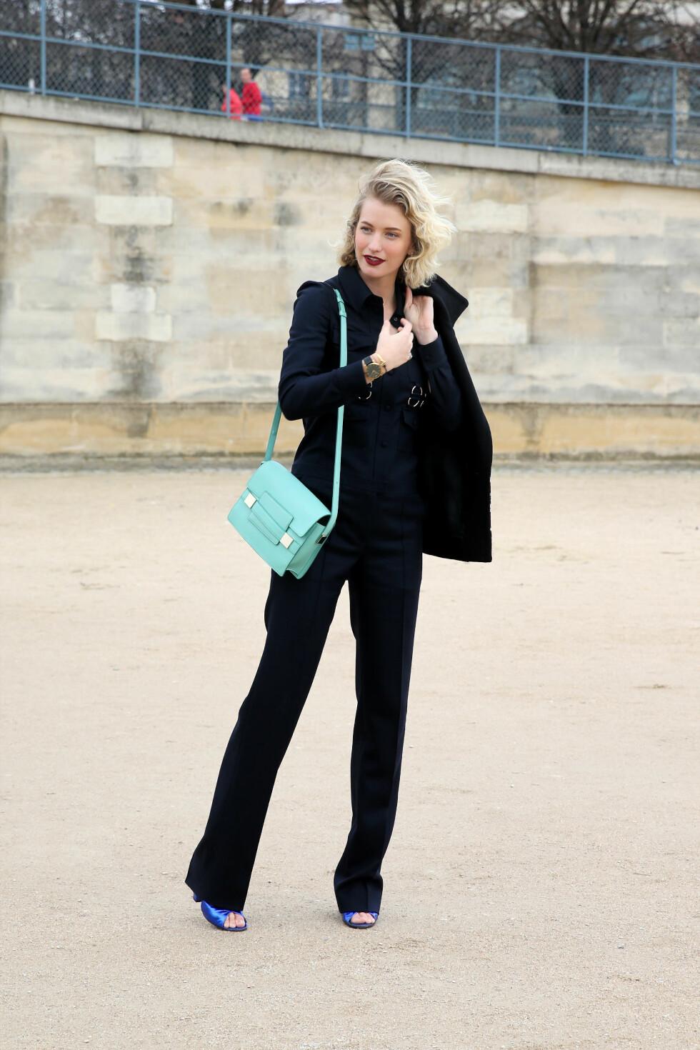 STJEL DEN ELEGANTE STILEN: Den australske motebloggeren Zanita Morgan toppet sin stilrene og elegante stil med iøynefallende tilbehør og mørke lepper under moteuken i Paris.  Foto: All Over