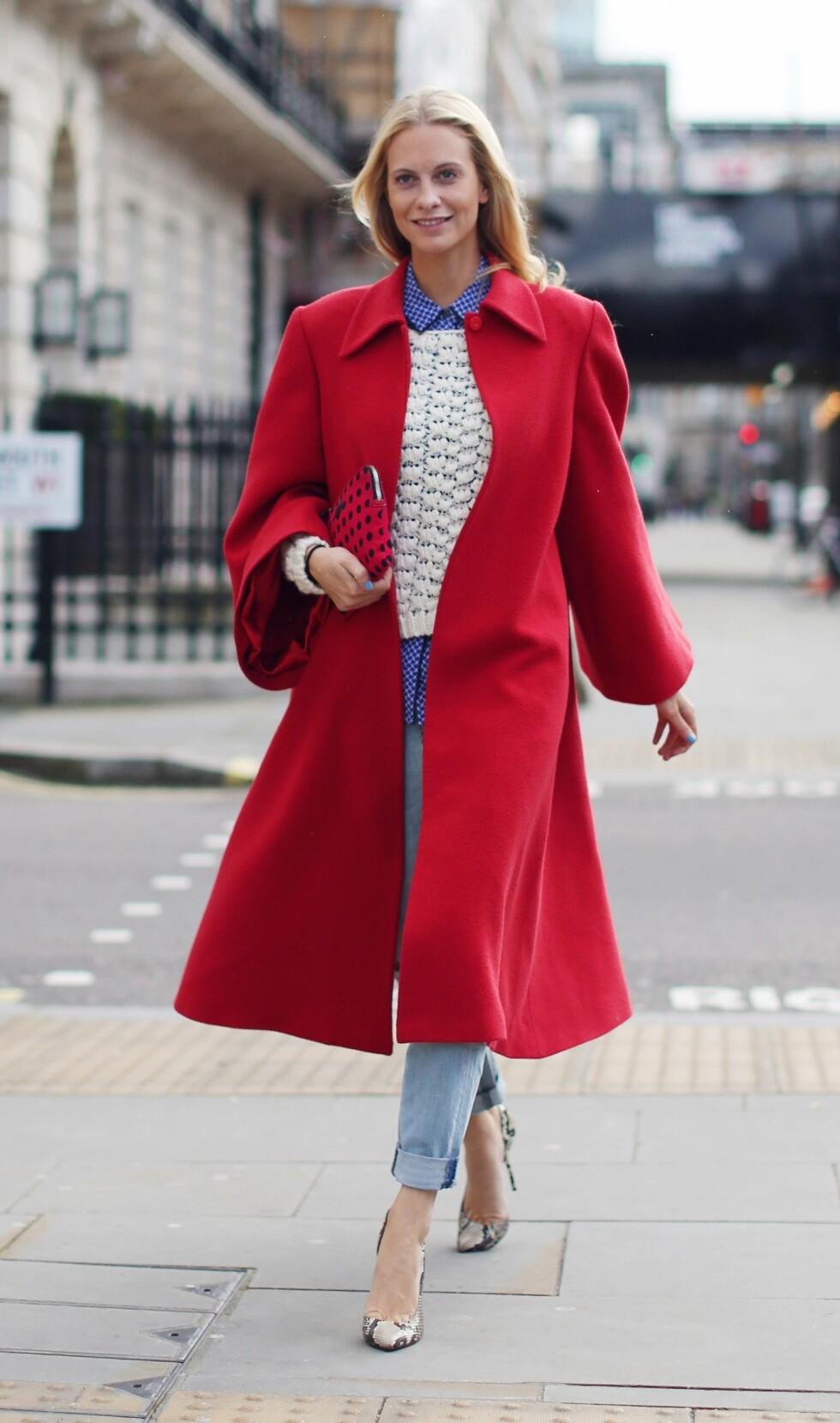 MOTEIKON: Den britiske modellen og fashionistaen Poppy Delevingne er tidlig ute med de heteste trendene, og allerede i fjor vinter brukte hun en stor, rød kåpe under moteukene.  Foto: All Over