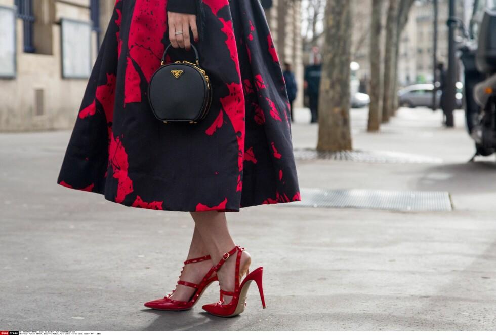 MATCH: Velg plagg med rødt mønster og hent igjen fargen i tilbehøret for en sammensatt og komplett look.  Foto: All Over