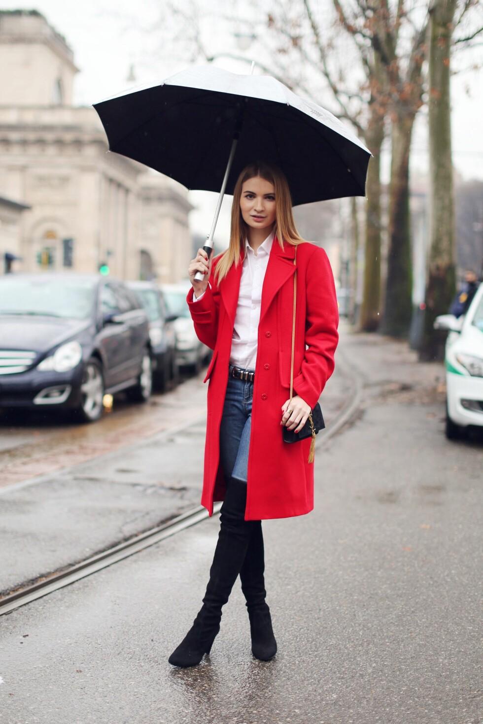 ELEGANT: Gå for en elegant look i rødt og kombiner en rød, feminin kåpe med en hvit skjorte og lekre støvletter.  Foto: All Over