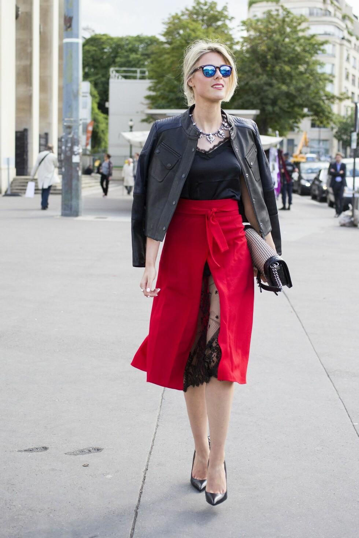 RØDT & SVART: Svart er en farge som alltid passer godt til rødt. Gjør som stylist og moteblogger Sofie Valkiers og kombiner et rødt skjørt med silketopp og skinnjakke.  Foto: All Over
