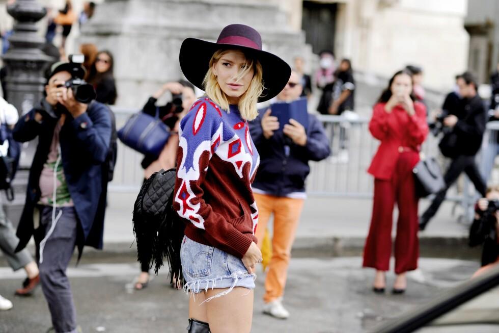 MØNSTER: Elena Perminova er kjent for sin lekre stil og modige bruk av mønster og farger. Hun kombinerer rødt med burgunder, hvitt og blått i en mønstret strikkegenser som passer perfekt til høsten.  Foto: All Over