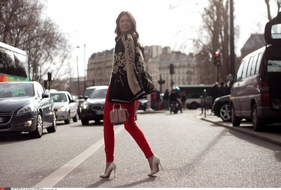TIL HVERDAGS: Et par røde bukser er alt som skal til for et oppdatert og trendy hverdagsantrekk.  Foto: All Over