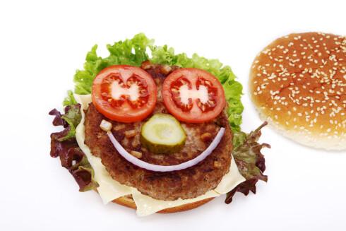 KAN VÆRE SUNT: Et burgermåltid trenger ikke være usunt - hvis du dropper det lyse brødet, fet dressing og fet ost, og heller lager grove, hjemmelagde burgere med masse grønnsaker og grovbrød! Foto: Shotshop GmbH / Alamy/All Over Press