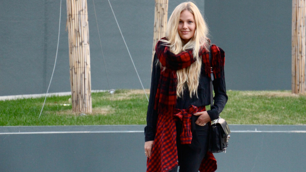 DAGENS BLOGGSTIL: Maria Skappel kaster seg på høstens rutetrend med matchende røde og svarte ruter.  Foto: Mariaskappel.no