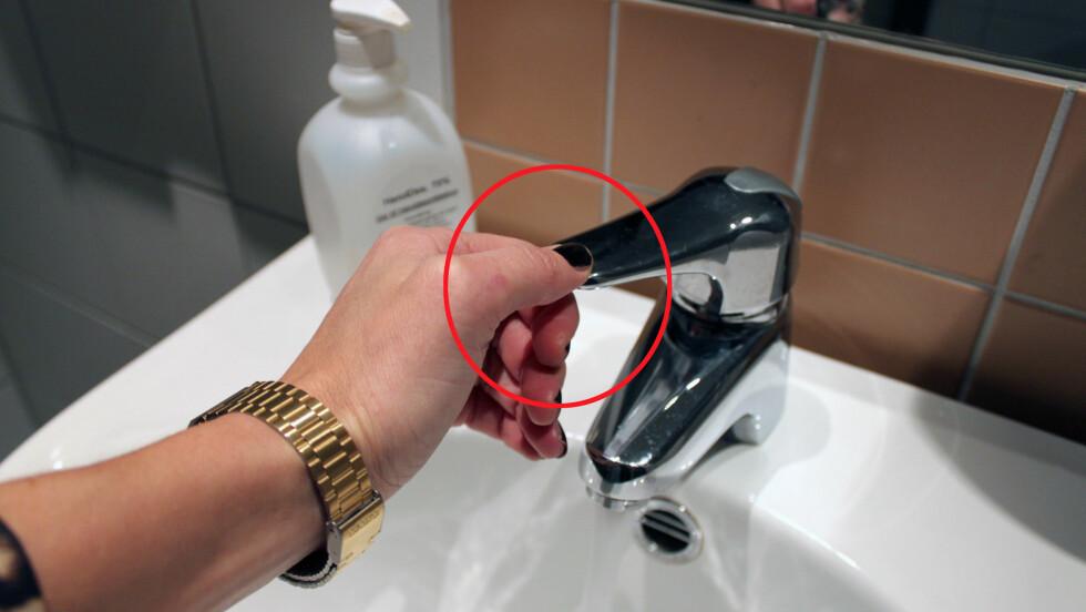 EN SKIKKELIG BAKTERIEBOMBE: Ifølge Dr. Chuck Gerba, som er professor ved University of Arizona, er det faktisk vannkranen som er verst på et offentlig toalett. Foto: Cecilie Leganger