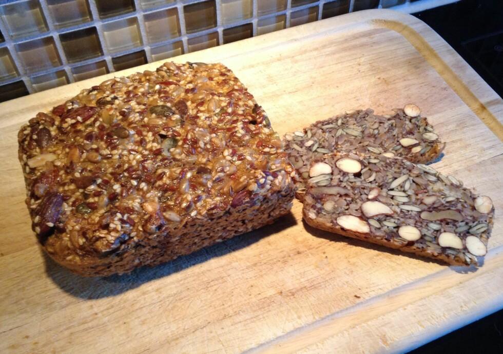 RASKT OG GODT: Å blande ingrediensene tar bare ti minutter, så skal brødet stekes i 50 til 60 minutter. Årsaken til at det er så raskt og enkelt å lage er ingrediensene, de består nemlig bare av egg, frø, kjerner og nøtter - og det smaker herlig.  Foto: Stine Tunstrøm