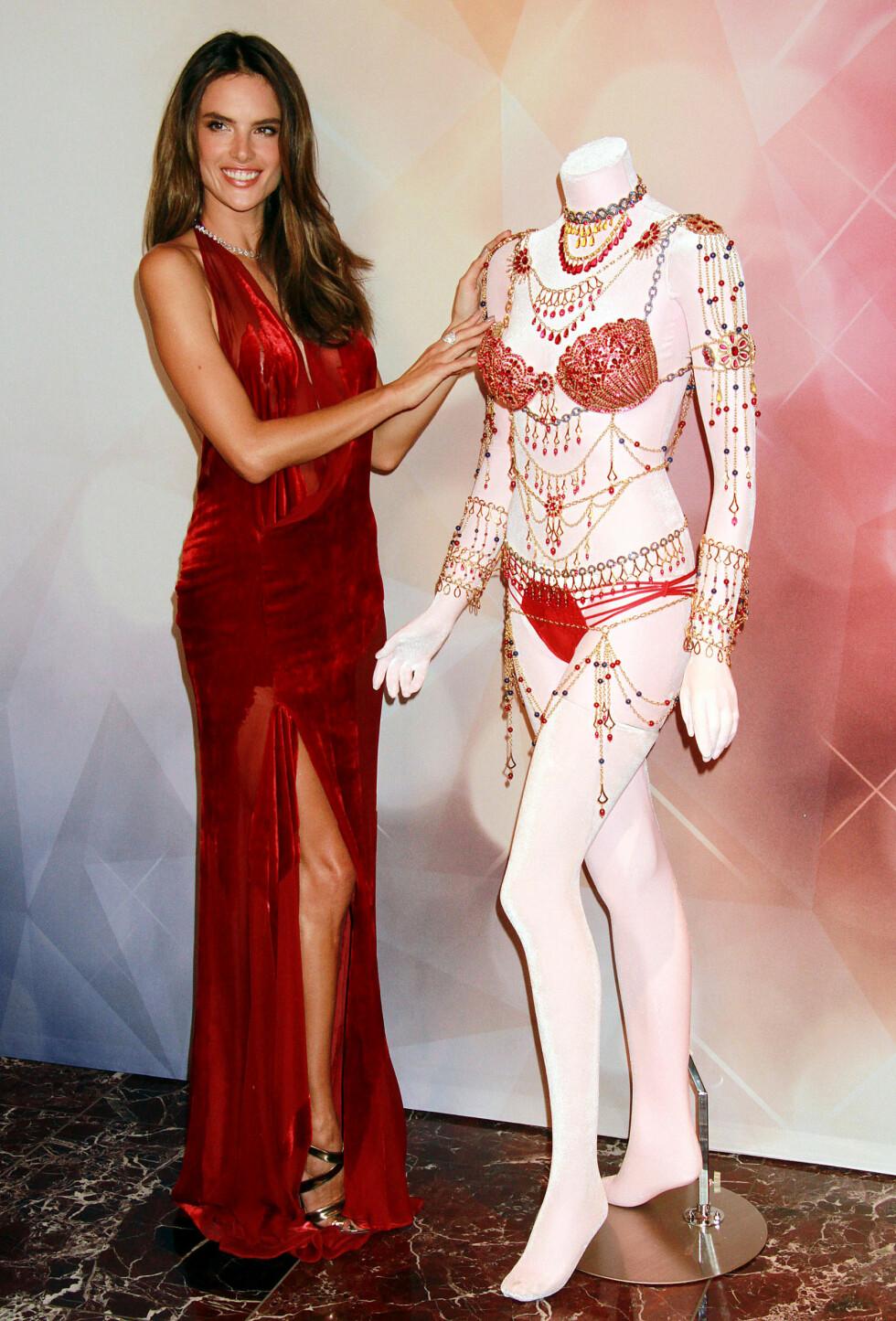 ÅRETS FANTASY BRA FRA VICTORIA'S SECRET: Og den koster flere titalls millioner, som vanlig - her viser supermodell Alessandra Ambrosio den fram noen uker før det årlige showet sparkes i gang. Foto: REX/Broadimage/All Over Press