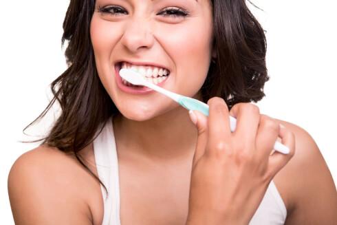 PUSS TENNENE: Tror du at du har hvitere tenner enn det du har? Tannpuss hjelper i hvert fall på veien. Foto: Fotolia