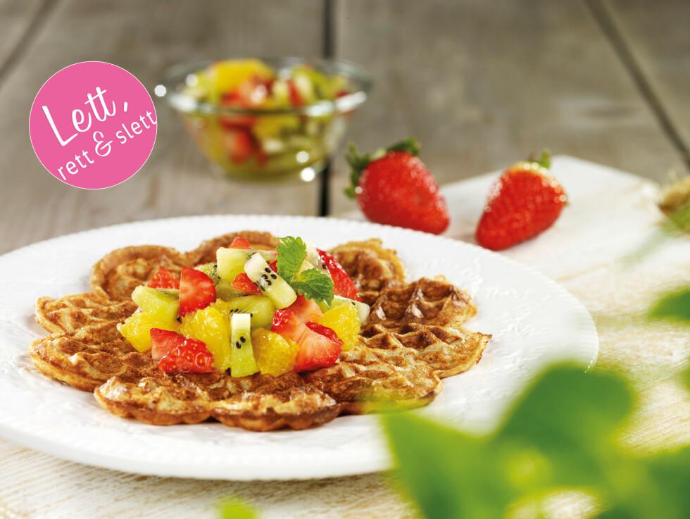 RUGVAFLER MED FRUKTSALAT: Er kjempegodt og sunt - perfekt som snack, dessert eller til kos i helgen.