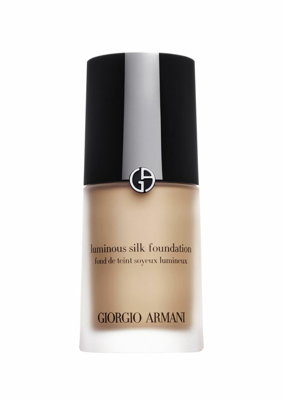 GIR GLØD:  Luminos Silk Foundation er den rette foundation til deg som vil gi huden din glød og utstråling. Denne oljefrie foundationen har en medium dekkevne, og den får huden til å se naturlig og feilfri ut. Den tilfører også mye fukt (kr 400, Giorgio Armani).  Foto: Produsenten