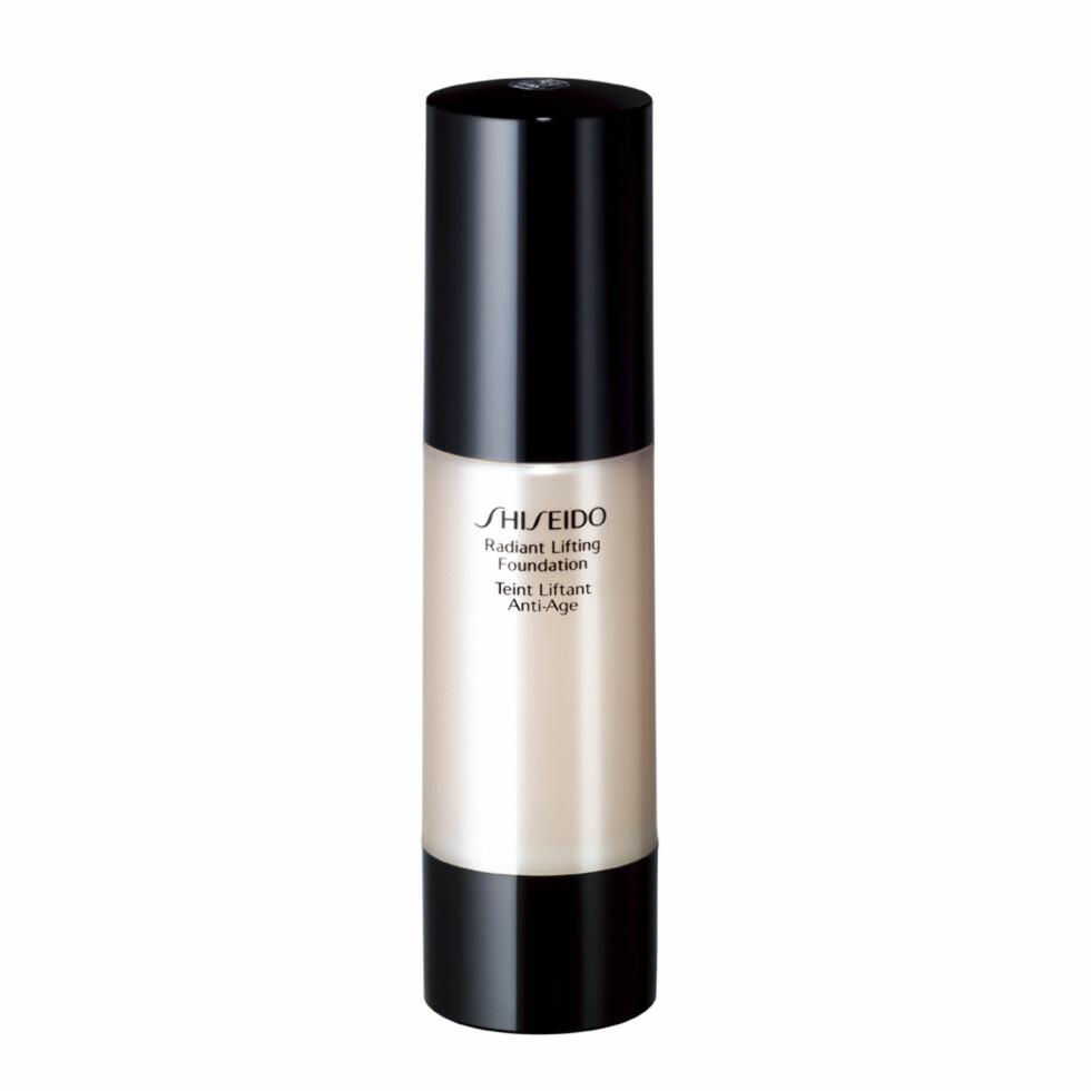 MED LØFTENDE EFFEKT: Radiant Lifting Foundation dekker godt, samtidig som den ser veldig naturlig ut og gir fin glød. Konsistensen er kremete og passer til normal og tørr hud (kr 390, Shiseido).  Foto: Produsenten