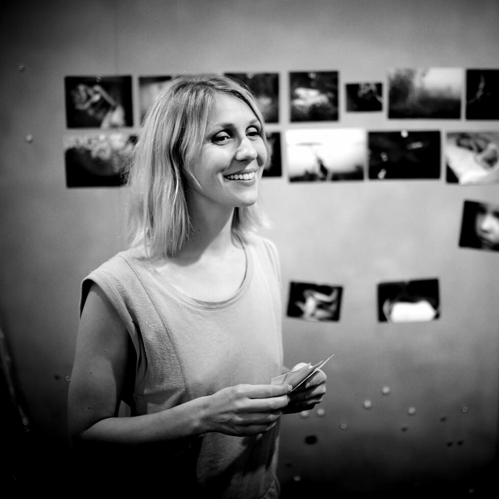 KUNSTFOTOGRAF: Marie Sjøvold foran noen av bildene hun har tatt. Fotografen bruker ofte seg selv som modell.  Foto: Geir Dokken