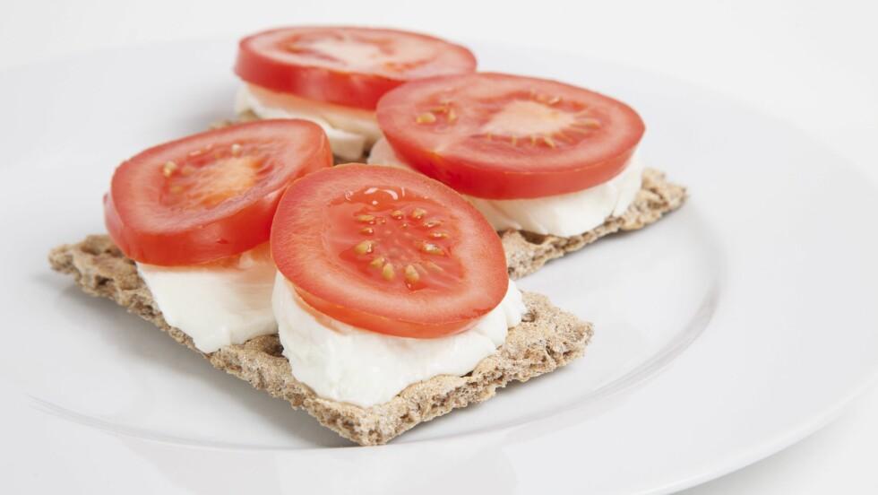 NOK NÆRINGSSTOFFER: En god balanse mellom karbohydrater, proteiner og fett er viktig. Knekkebrød, ost og tomat gir deg påfyll av alle tre.    Foto: All Over Press