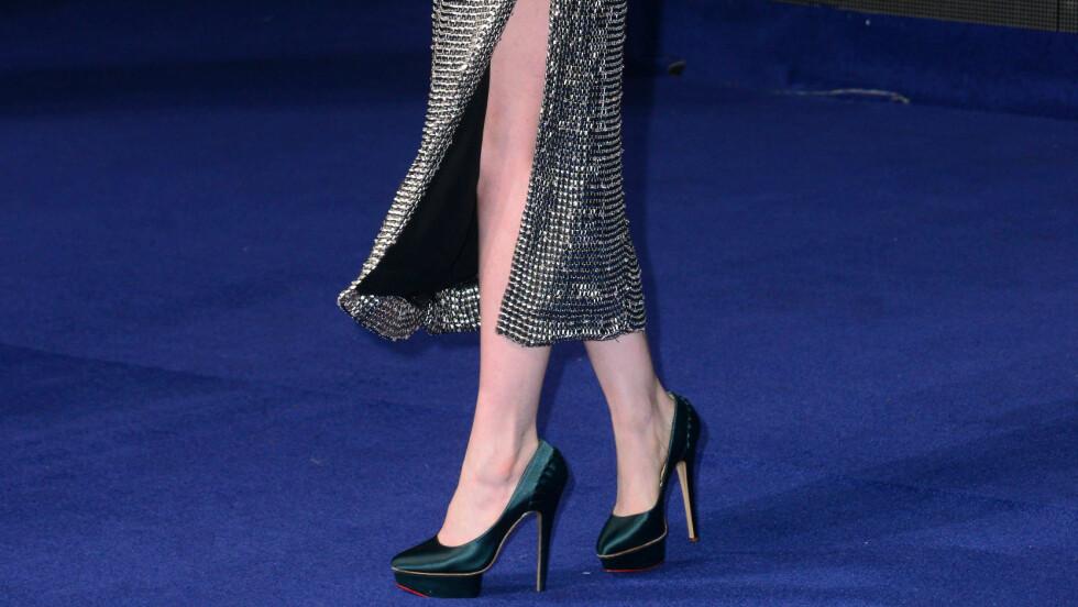 LEKKERT BALANSERT ANTREKK: Skuespiller Anne Hathaway i glitrende kjole fra Wes Gordon på premieren av filmen Interstellar nylig.  Foto: REX/Nils Jorgensen/All Over Pres