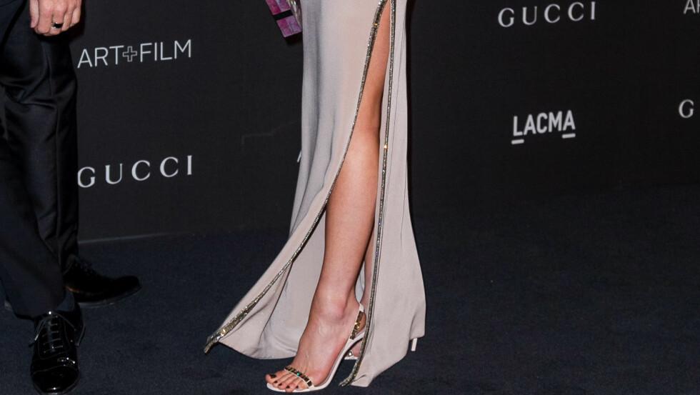 GLAMORØST: Skuespiller Kate Beckinsale i en sval og nydelig silkekreasjon - hun viser mye ben men dekker til armene, og uttrykket er superelegant. Foto: Splash News/ All Over Press