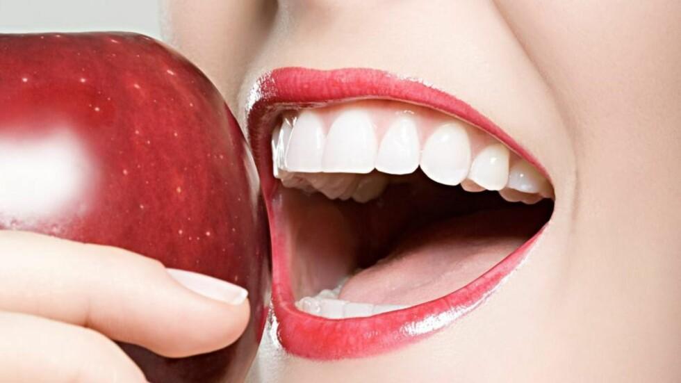FRISKER OPP: Å knaske på et eple, gir kroppen en frisk god start på dagen. Foto: All Over Press