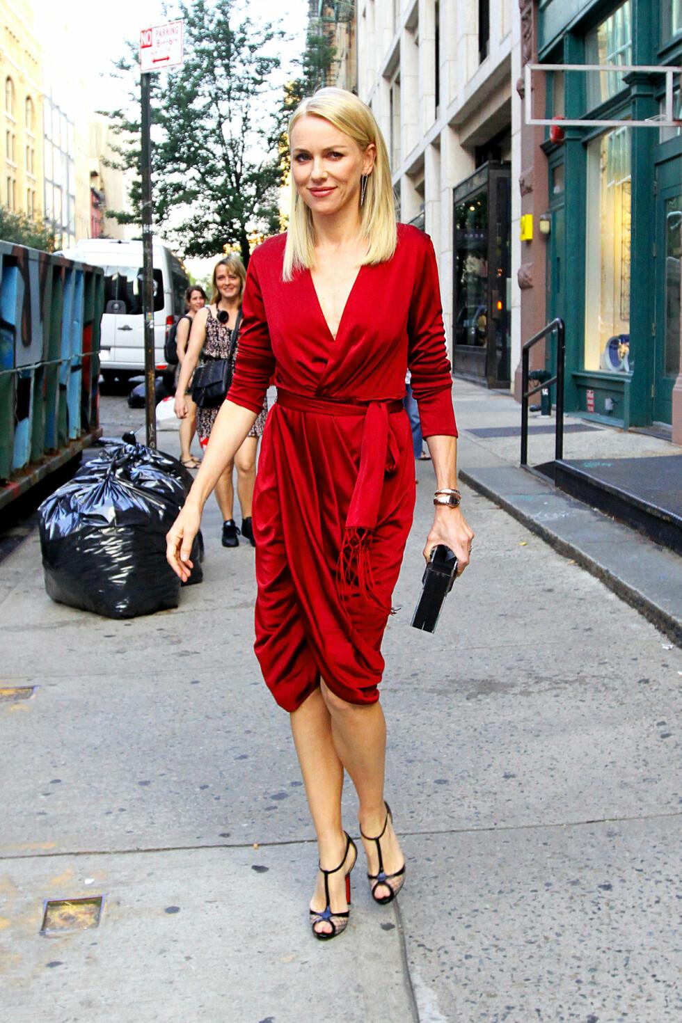 LEKKER SKJÆRING FOR NORMALT STORE PUPPER: Skuespiller Naomi Watts ser flott ut i denne omslagskjolen. Foto: Said Elatab / Splash News/ All O