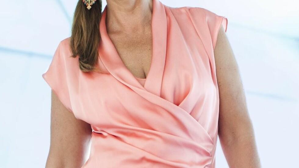 V-KLØFT + OMSLAGSKJOLE = GULL FOR STORE PUPPER: Ja, i en silkemyk kjole som former seg pent rundt kroppen, med en fin skjæring i halsen, som gjør halsen lang og smal og gir en flott kløft, er du klar for fest.  Foto: Astrid Waller